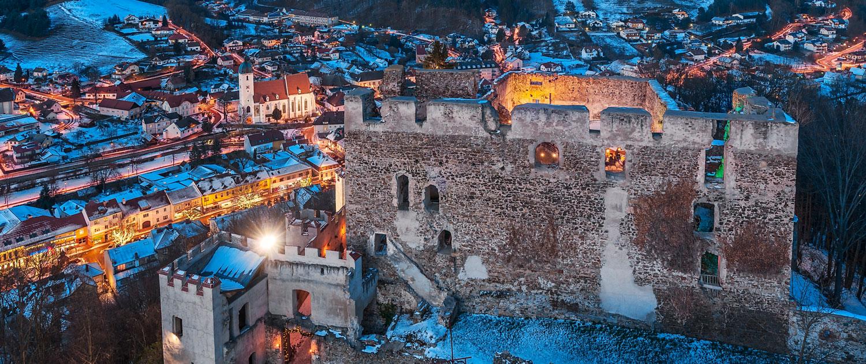 Ruine Kirchschlag im Winter bei Abendstimmung